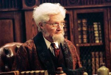Jim Broadbent in una scena di Narnia