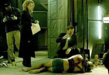 Dina Meyer e Donnie Wahlberg in una scena di Saw 2