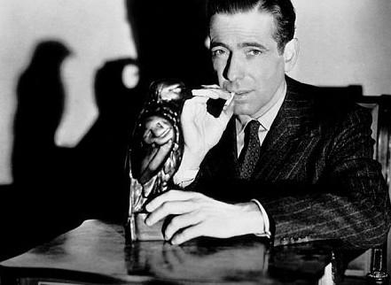 Humphrey Bogart in una foto promozionale per Il mistero del falco