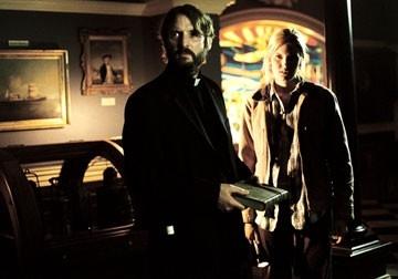 Adrian Hough e Maggie Grace in una scena di The Fog