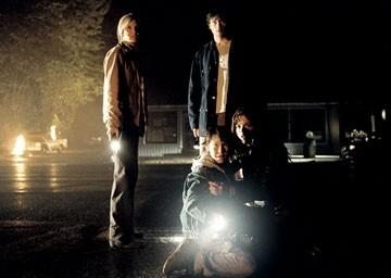 Maggie Grace, Cole Heppell, Tom Welling e Selma Blair in una scena di The Fog