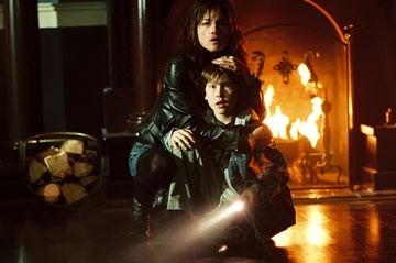 Selma Blair e Cole Heppell in una scena di The Fog