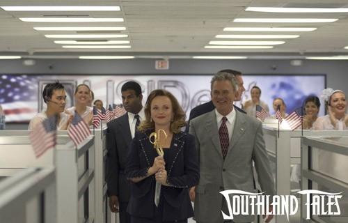 Miranda Richardson e Holmes Osborne in una scena del film Southland Tales