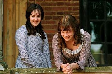 Jena Malone e Carey Mulligan in Orgoglio e Pregiudizio