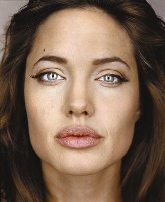 Un magnetico (e inquietante per alcuni aspetti) ritratto di Angelina Jolie