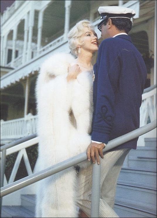 marilyn Monroe e Tony Curtis in una foto a colori di A qualcuno piace caldo