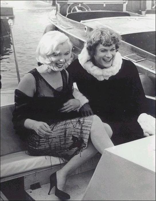 Marilyn Monroe e Tony Curtis sul set di A qualcuno piace caldo