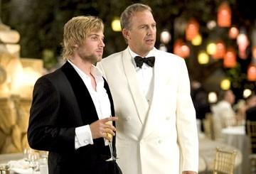 Kevin Costner e Mike Vogel in Vizi di famiglia - Rumor Has It