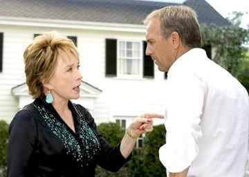Kevin Costner e Shirley MacLaine in Vizi di famiglia - Rumor Has It