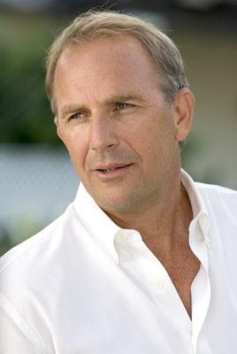 Un primo piano di Kevin Costner in Vizi di famiglia - Rumor Has It