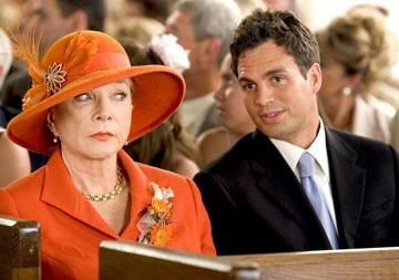 Mark Ruffalo e Shirley MacLaine in Vizi di famiglia - Rumor Has It
