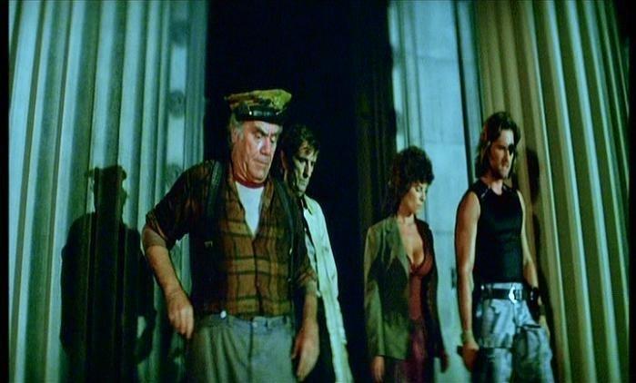 Ernest Borgnine, Harry Dean Stanton, Adrienne Barbeau e Kurt Russell in una scena di 1997: FUGA DA NEW YORK