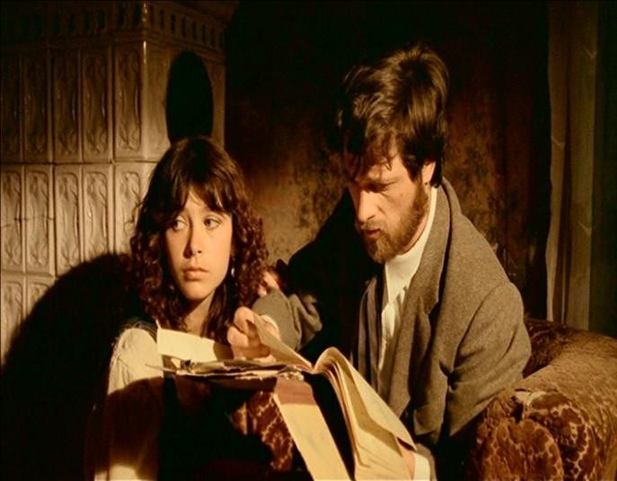 Francesca Marciano e Lino Capolicchio in una scena de LA CASA DALLE FINESTRE CHE RIDONO
