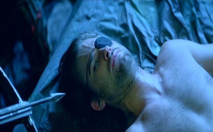 Un sexy Kurt Russell nei panni di Jena Plissken in una scena di 1997: FUGA DA NEW YORK