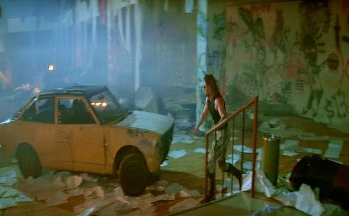 Kurt Russell nei panni di Jena Plissken in una scena di 1997: FUGA DA NEW YORK