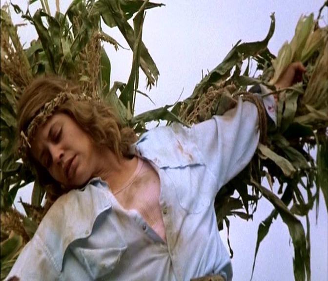 Linda Hamilton in una scena di GRANO ROSSO SANGUE