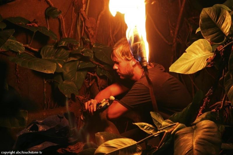 Dominic Monaghan in una scena dell'episodio 10 della seconda stagione di Lost