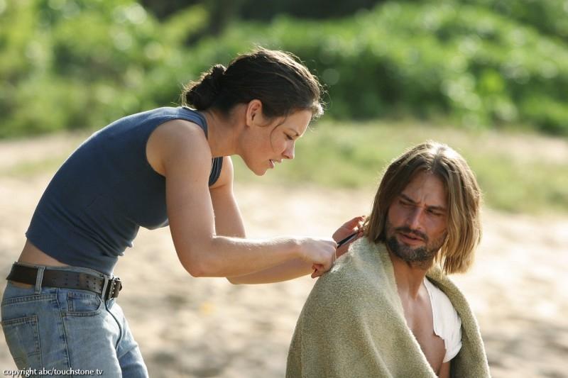 Evangeline Lilly taglia i capelli a Josh Holloway in una scena dell'episodio 10 della seconda stagione di Lost
