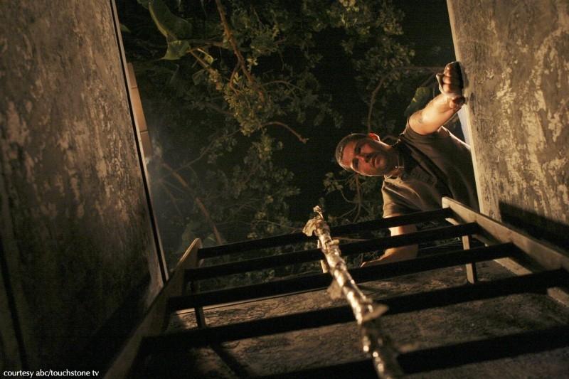 Matthew Fox in una sequenza dell'episodio 2x01 di Lost