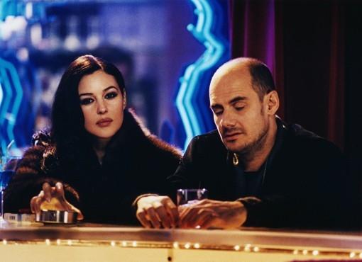 Monica Bellucci con Bernard Campan in una scena del film Per sesso o per amore?
