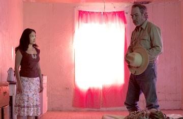 cecilia Suarez and Tommy Lee Jones in Le tre sepolture