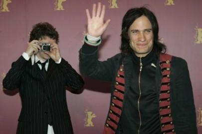 Berlinale 2006: Gael Garcia Bernal  e sullo sfondo, il regista Michel Gondry che fotografa... i fotografi!