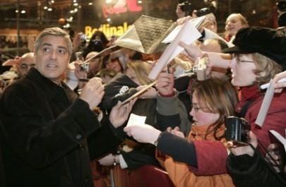 Berlinale 2006: George Clooney firma gli autografi ai fans fuori al Berlinale Palast. E si è trattenuto per un'ora...