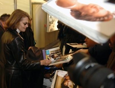 Berlinale 2006: il presidente della giuria Charlotte Rampling concede autografi.