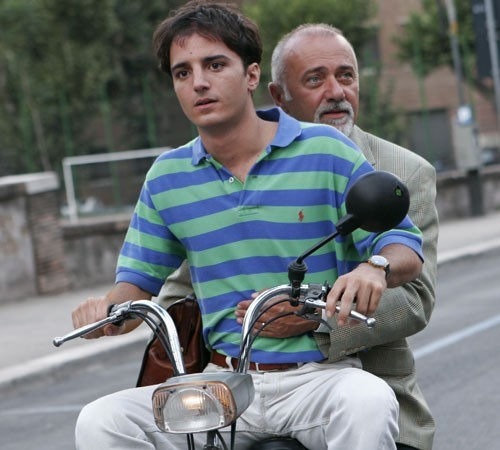 Giorgio Faletti in una scena del film Notte prima degli esami