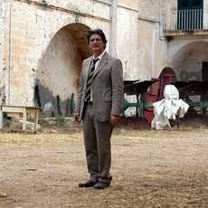Fabrizio Bentivoglio in una scena del film La terra
