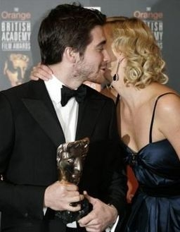 Charlize Theron bacia Jeke Gyllenhaal