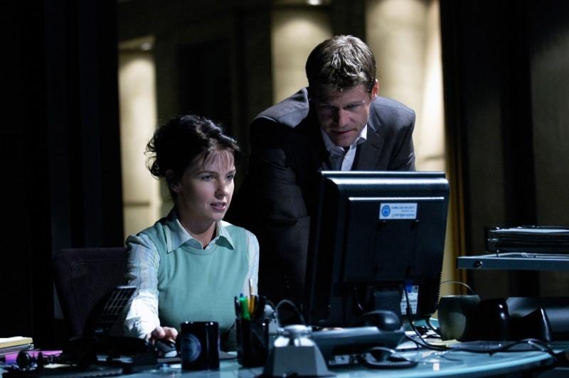Joel Gretsch e Jacqueline McKenzie in una scena di The 4400