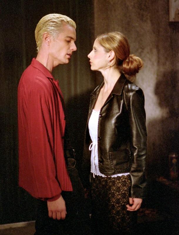 Sarah Michelle Gellar e James Marsters in una scena di Buffy