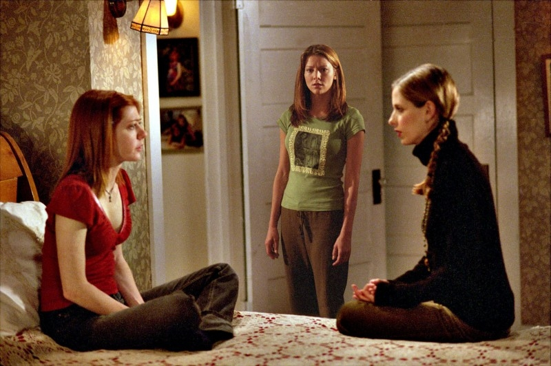Sarah Michelle Gellar con Alyson Hannigan in una scena di Buffy