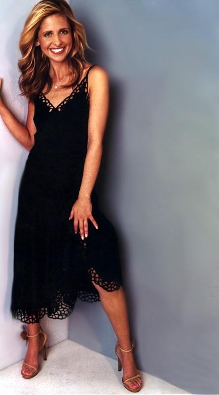 Sarah Michelle Gellar in abito nero e tacchi a spillo