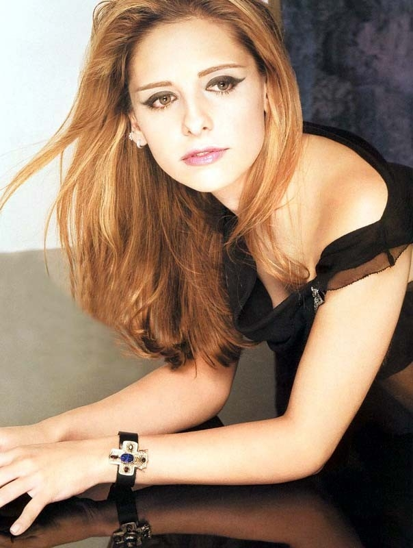 spalle scoperte per la seducente Sarah Michelle Gellar