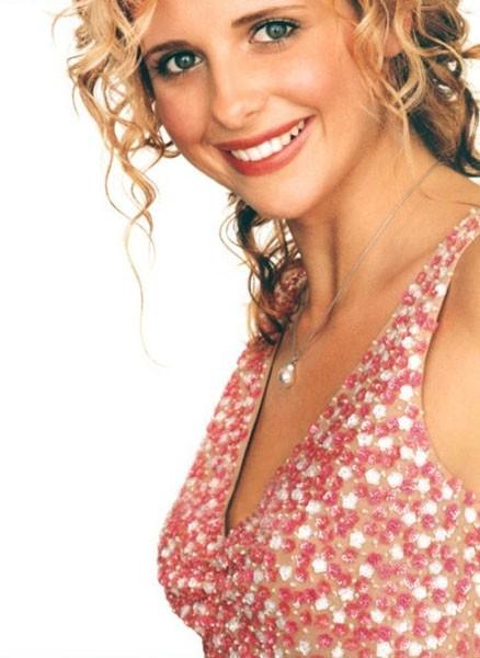 Sarah Michelle Gellar, sorridente e romantica