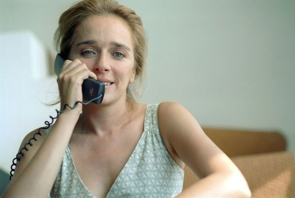 Valeria Golino al telefono in una scena de La guerra di Mario