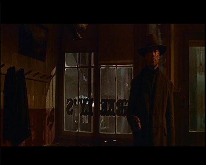 Clint Eastwood in una scena de GLI SPIETATI