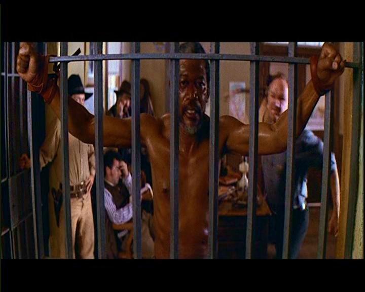 Morgan Freeman in una scena de GLI SPIETATI