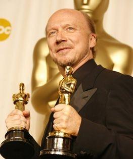Paul Haggis con le due statuette per miglior sceneggiatura e miglior film