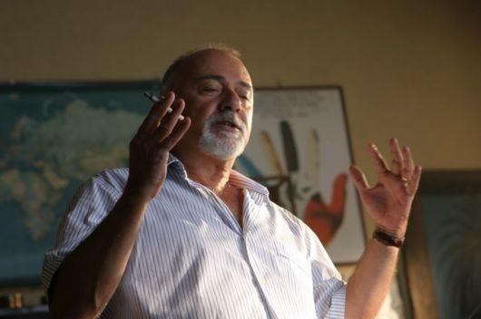 Giorgio Faletti è il prof. Carogna in Notte prima degli esami
