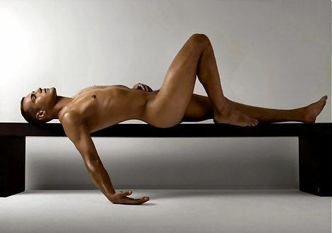 Stephane Rideau nudo in un elegante servizio fotografico