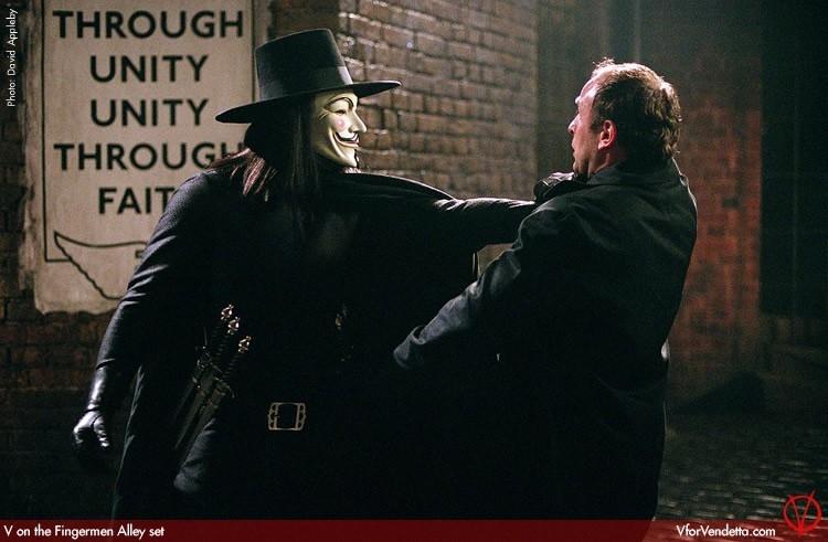 Hugo Weaving in una scena di V for Vendetta