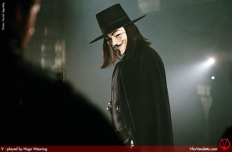 Hugo Weaving in una sequenza di V for Vendetta
