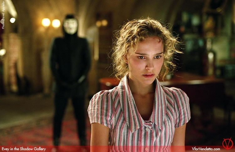 Natalie Portman in V for Vendetta, dietro di lei Hugo Weaving