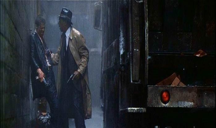 Brad Pitt e Morgan Freeman in una scena di SEVEN