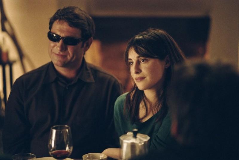 Sergi Lopez et Amira Casar in una scena del film Incontri d'amore