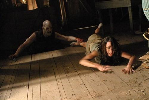 John DeSantis e Bree Turner in una scena di Incident On and Off A Mountain Road