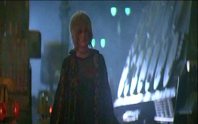 Daryl Hannah in una scena del film BLADE RUNNER